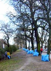 Säcke säumen das Carl-Herz-Ufer