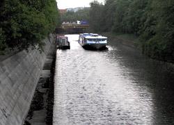 Dieseldampfer an Spundwand