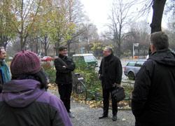 v.l.n.r. Grünamtsmitarbeiter, MdA Behrendt, Stadtrat Panhoff (beide Grüne); v.h. Anwohnerin, BzV Müller (CDU)